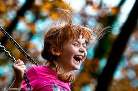 Boldog hintázó kislány