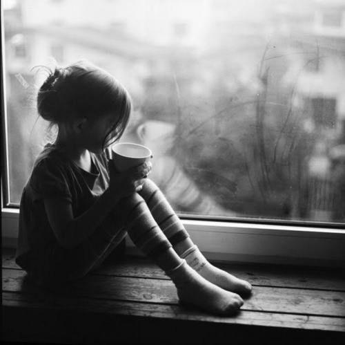 ablakkvé kislány